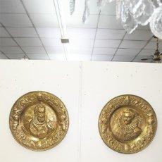 Antigüedades: PAREJA DE PLATOS ANTIGUOS DE LATÓN DORADO - 63 CM DIÁMETRO. Lote 217268191
