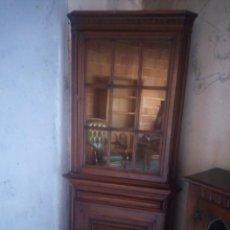 Antigüedades: BONITA VITRINA RINCONERA CON CAJON.LLAVE ORIGINAL.. Lote 217281100
