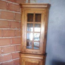 Antigüedades: BONITA VITRINA RINCONERA MADERA DE ROBLE .LLAVE ORIGINAL.. Lote 217281253
