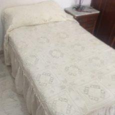 Antigüedades: ANTIGUA COLCHA DE GANCHILLO EN HILO CROCHET HECHA A MANO - BLONDA DE TELA CON TABLAS - CAMA 1.35CM. Lote 217312713