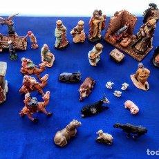 Antigüedades: ESCENAS RELIGIOSAS, CON FIGURILLAS, MAGOS, LA VIRGEN MARÍA Y EL BEBÉ, ETC.(36 PIEZAS). Lote 217425028