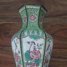 Antigüedades: JARRON ANTIGUO CHINO DE COBRE ESMALTADO Y PINTADO A MANO CON PAJAROS Y MOTIVOS FLORALES. Lote 217429892