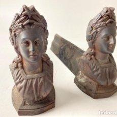 Antigüedades: ANTIGUA PAREJA DE MORILLOS DE CHIMENEA EN HIERRO FUNDIDO FRANCESES BUSTOS MUJER ESTRELLA LIBERTAD. Lote 217457322