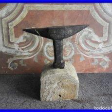 Antigüedades: DECORATIVO YUNQUE DE HIERRO SOBRE TRONCO DE MADERA. Lote 217501730