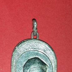 Antigüedades: MEDALLA PLATEADA ANTIGUA DE LA VIRGEN Y EL NIÑO JESUS. Lote 217511405