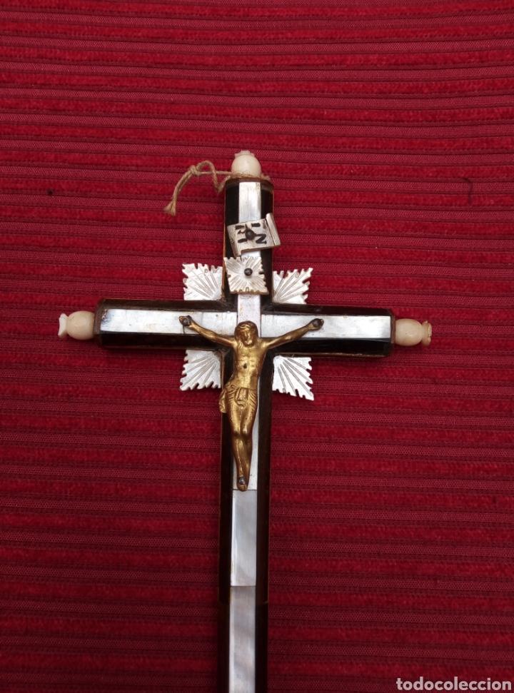 Antigüedades: Antiguo crucifijo de nácar, madera y cristo de metal. - Foto 3 - 217513536