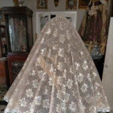 Antigüedades: TOCA SOBREMANTO ENCAJE PLATA - PARA VIRGEN DE TAMAÑO NATURAL 138 X 90 CM IDEAL SEMANA SANTA. Lote 217515680