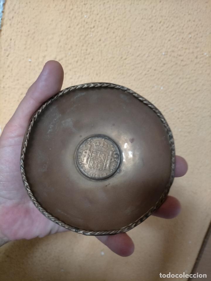 Antigüedades: BANDEJA O CENICERO METAL CON MONEDA IMAGEN DE CARLOS III , TAMAÑO TOTAL 12 CM - Foto 2 - 217517675