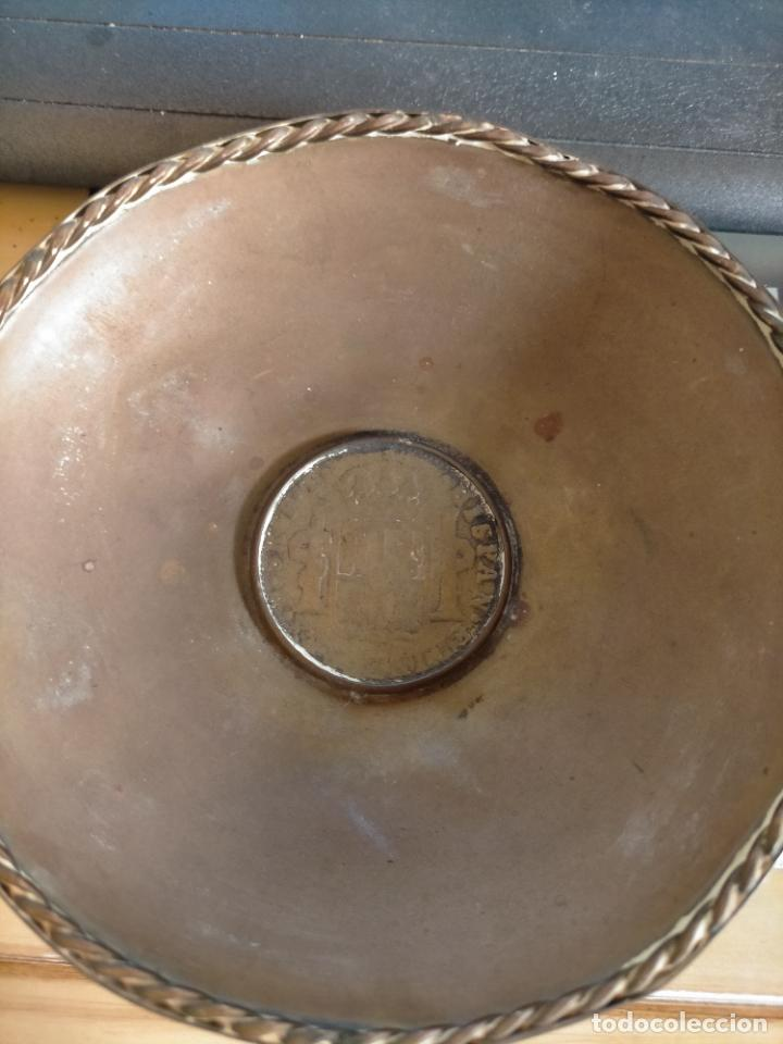 Antigüedades: BANDEJA O CENICERO METAL CON MONEDA IMAGEN DE CARLOS III , TAMAÑO TOTAL 12 CM - Foto 3 - 217517675
