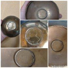 Antigüedades: BANDEJA O CENICERO METAL CON MONEDA IMAGEN DE CARLOS III , TAMAÑO TOTAL 12 CM. Lote 217517675