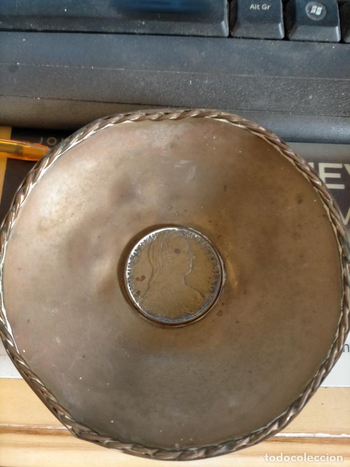 Antigüedades: BANDEJA O CENICERO METAL CON MONEDA IMAGEN DE CARLOS III , TAMAÑO TOTAL 12 CM - Foto 2 - 217517902