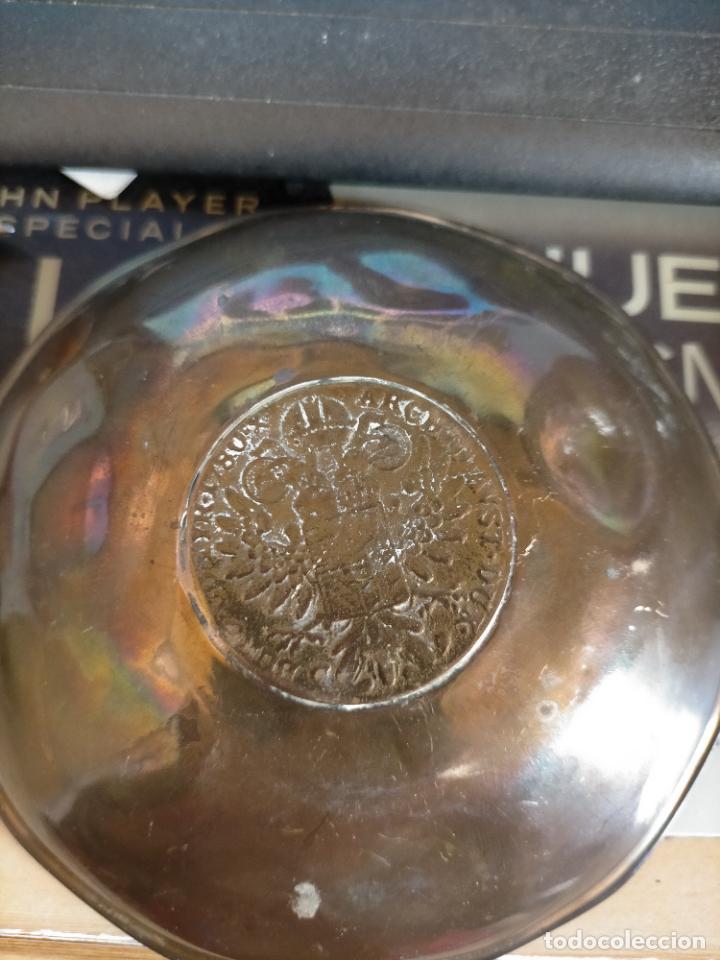 Antigüedades: BANDEJA O CENICERO METAL CON MONEDA IMAGEN DE CARLOS III , TAMAÑO TOTAL 12 CM - Foto 3 - 217517902