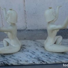 Antigüedades: MESA DE SALON VINTAGE CON DOS ESCULTURAS DE DESNUDOS FEMENINOS. Lote 217545025