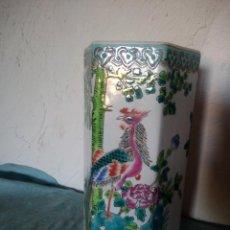 Antigüedades: EXQUISITO JARRÓN DE PORCELANA CHINA PINTADO A MANO.HEXAGONAL MOTIVO AVES EXÓTICAS .. Lote 217570043