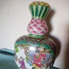 Antigüedades: EXQUISITO JARRÓN DE PORCELANA CHINA PINTADO A MANO. MOTIVO IMPERADORES Y FAMILIA.. Lote 217570136