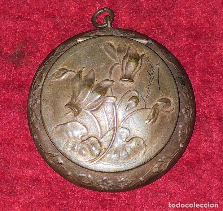CAJITA PASTILLERO Y DEDAL. METAL CHAPADO PLATA. FRANCIA. SIGLO XIX (Antigüedades - Platería - Bañado en Plata Antiguo)