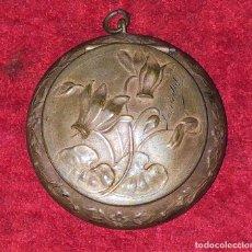 Antigüedades: CAJITA PASTILLERO Y DEDAL. METAL CHAPADO PLATA. FRANCIA. SIGLO XIX. Lote 217711187