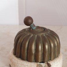 Antigüedades: ANTIGUA LLAVE DE LUZ REALIZADA EN LATON Y PORCELANA. Lote 114902019