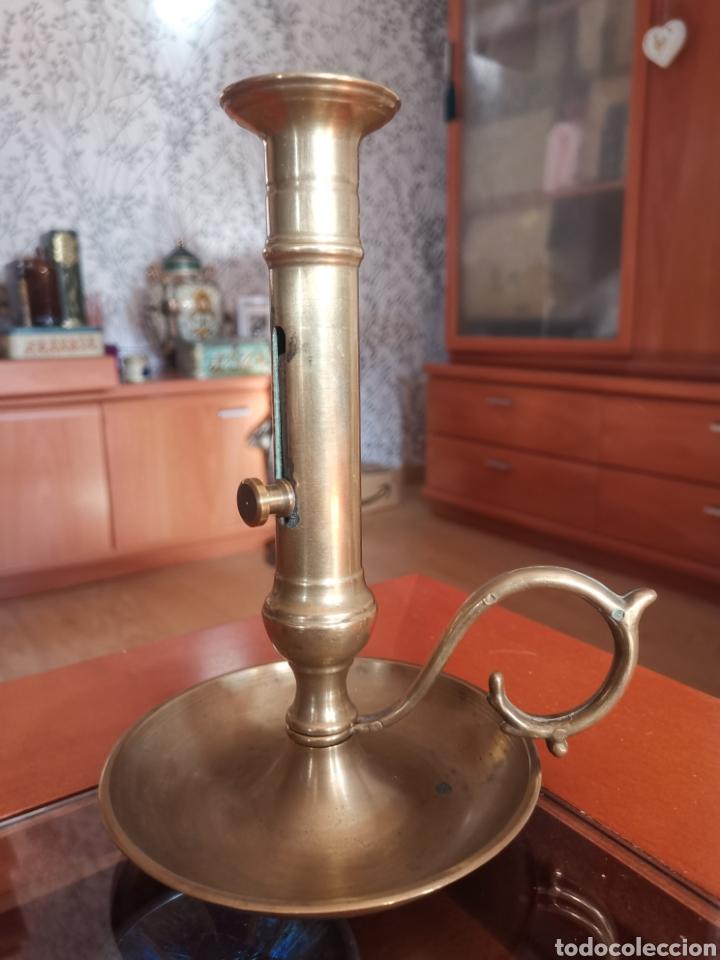 Antigüedades: Antiguo y precioso candil tamaño grande de bronce con sistema para sacar la vela. Dificil. - Foto 2 - 217723300