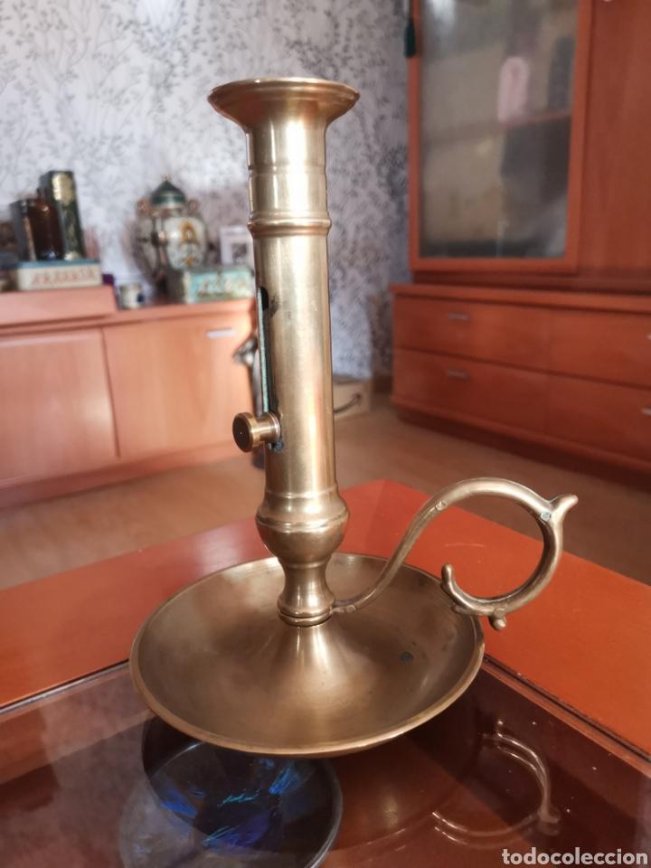 ANTIGUO Y PRECIOSO CANDIL TAMAÑO GRANDE DE BRONCE CON SISTEMA PARA SACAR LA VELA. DIFICIL. (Antigüedades - Iluminación - Candelabros Antiguos)