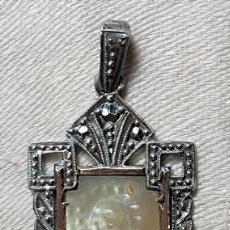 Antigüedades: MEDALLA VIRGEN CON INICIALES 'C.R.'. PLATA, NÁCAR Y MARCASITAS. ESPAÑA. 1918. Lote 217760100
