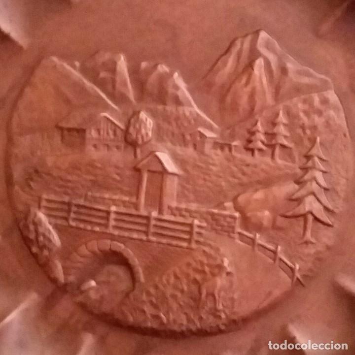 Antigüedades: PLATO DE COBRE PARA COLGAR CON PAISAJE DE MONTAÑA REPUJADO. 33,5 CM DE DIAMETRO. - Foto 2 - 217841012