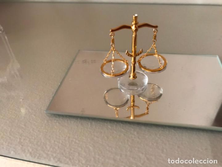 Antigüedades: Miniatura de balanza con, cristal tallado y metal dorado, Swarovski, como nuevo - Foto 2 - 217879185