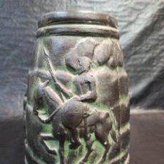 Antigüedades: JARRÓN O BÚCARO DE BARRO EN RELIEVE. EL QUIJOTE. CERVANTES. A1. Lote 217893686