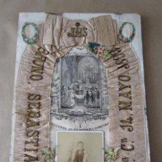 Antigüedades: MAGNÍFICO ANTIQUÍSIMO RELICARIO COMUNIÓN GRAN LAZO FOTO FEDERICO VELA VALENCIA 1893 ESTAMPA SANCHÍS. Lote 217922396