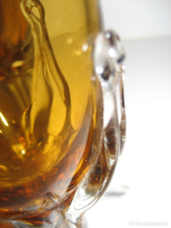 Antigüedades: precioso 2 jarron vidrio soplado 15cm color ambar . etiqueta cartuja sevilla ? mallorquin? - Foto 9 - 217946207