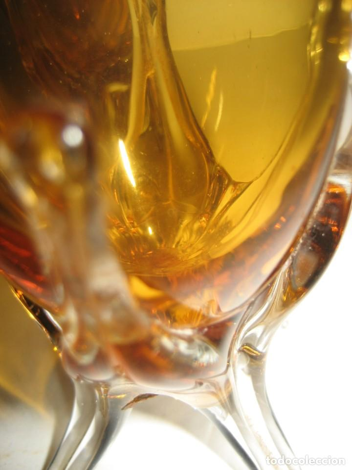 Antigüedades: precioso 2 jarron vidrio soplado 15cm color ambar . etiqueta cartuja sevilla ? mallorquin? - Foto 10 - 217946207