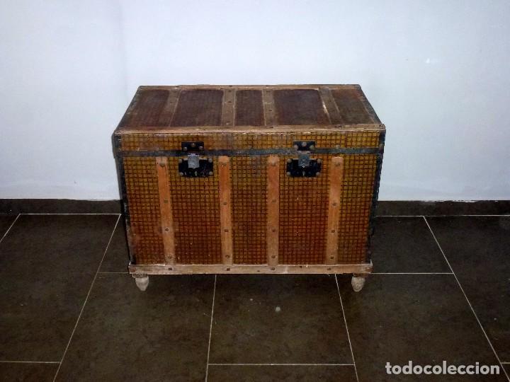 ANTIGUO BAUL DE MADERA FORRADO DE CHAPA.63 X 83 X 48 CM. (Antigüedades - Muebles Antiguos - Baúles Antiguos)