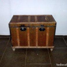 Antigüedades: ANTIGUO BAUL DE MADERA FORRADO DE CHAPA.63 X 83 X 48 CM.. Lote 217958061