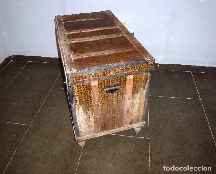 Antigüedades: Antiguo Baul De Madera Forrado De Chapa.63 X 83 X 48 Cm. - Foto 3 - 217958061