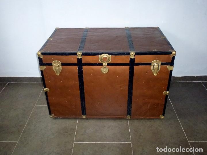 ANTIGUO BAUL DE MADERA FORRADO DE CHAPA.66 X 101 X 61 CM. (Antigüedades - Muebles Antiguos - Baúles Antiguos)