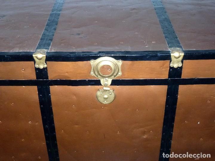 Antigüedades: Antiguo Baul De Madera Forrado De Chapa.66 X 101 X 61 Cm. - Foto 4 - 217958255