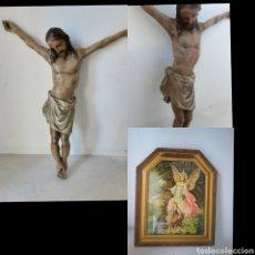 Antigüedades: ANTIGUO CRISTO DE MADERA GRANDE, (33X28 CM) Y REGALO CUADRO RELIGIOSO. Lote 217962608