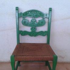 Antiquités: PEQUEÑA SILLA ANTIGUA PINTADA VERDE MADERA TALLADA ASIENTO DE CUERDA. Lote 217963446