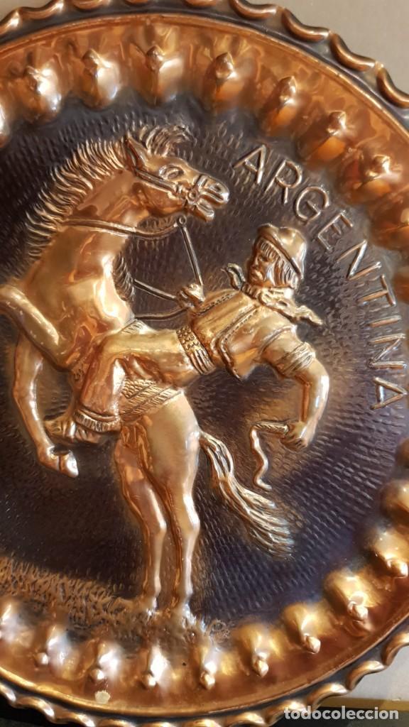 Antigüedades: PLATO DE COBRE EN ALTORELIEVE / GAUCHO ARGENTINO / 37 CM Ø / EN PERFECTO ESTADO / PARA COLGAR. - Foto 2 - 217991136