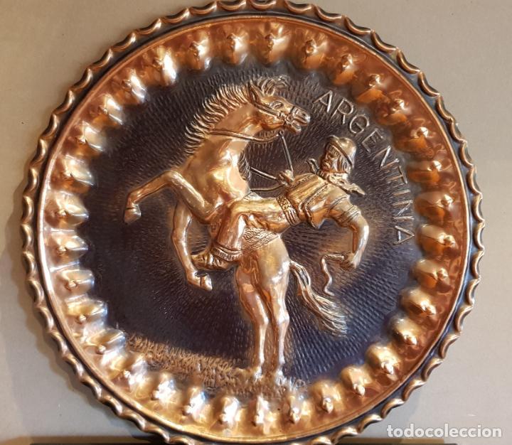 PLATO DE COBRE EN ALTORELIEVE / GAUCHO ARGENTINO / 37 CM Ø / EN PERFECTO ESTADO / PARA COLGAR. (Antigüedades - Hogar y Decoración - Platos Antiguos)