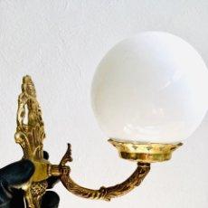 Antigüedades: BONITO APLIQUE DE BRONCE CON BRAZO PARA PASILLO LAMPARA DE PARED ORNAMENTADA CON TULIPA GLOBO O BOLA. Lote 218005103