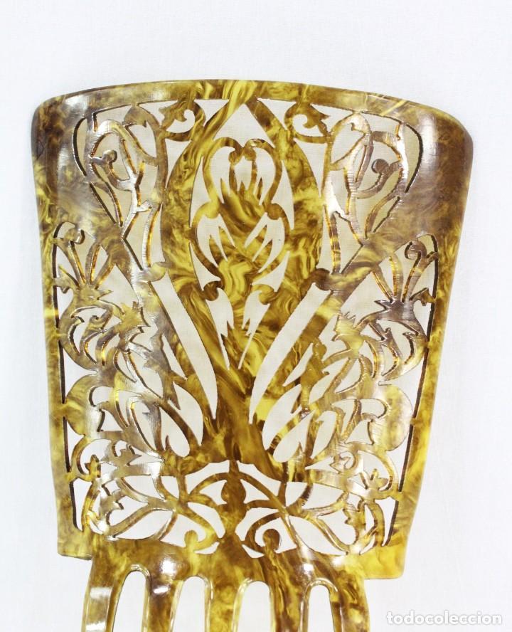 Antigüedades: Peineta antigua en celuloide símil carey. Calada a mano. 20x13cm, teja sóla 13x13cm - Foto 2 - 218070681