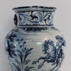Antigüedades: GRAN JARRA JARRÓN EN CERÁMICA DE TALAVERA PINTADA A MANO POR DURAN - AÑOS 40. Lote 218100402