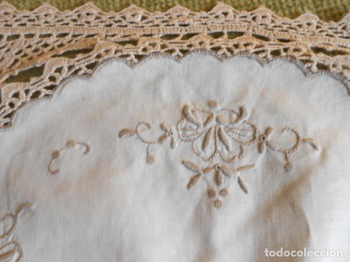 Antigüedades: Tapete mesa/mueble antiquo,años 70.Ganchillo y bordado mano.Algodon 33 x 46cm BEIGE.Nuevo - Foto 4 - 218105703