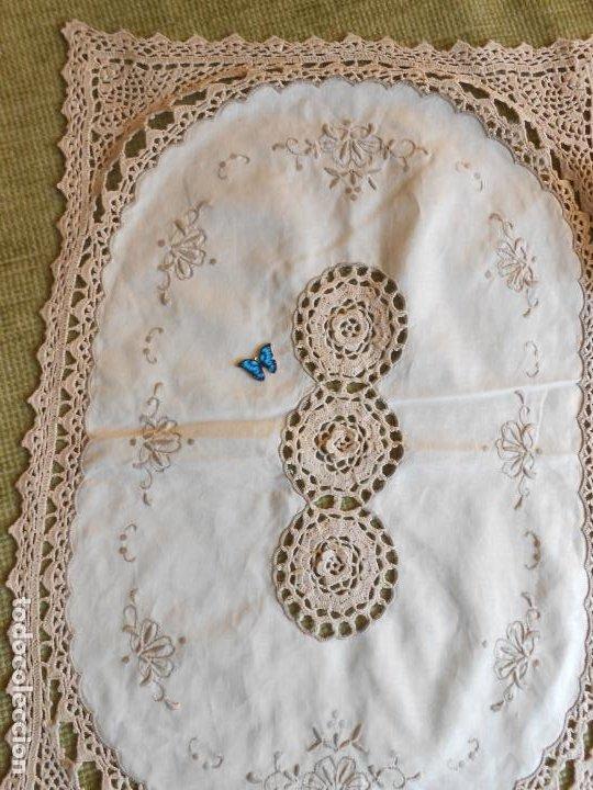 Antigüedades: Tapete mesa/mueble antiquo,años 70.Ganchillo y bordado mano.Algodon 33 x 46cm BEIGE.Nuevo - Foto 5 - 218105703