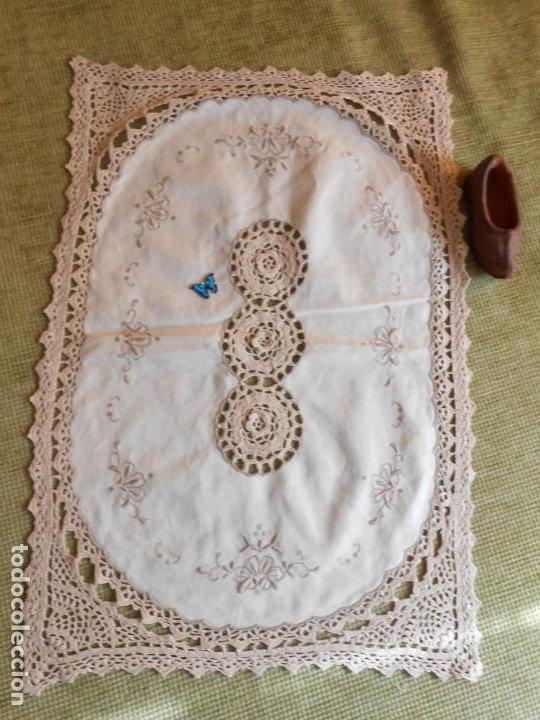 Antigüedades: Tapete mesa/mueble antiquo,años 70.Ganchillo y bordado mano.Algodon 33 x 46cm BEIGE.Nuevo - Foto 6 - 218105703