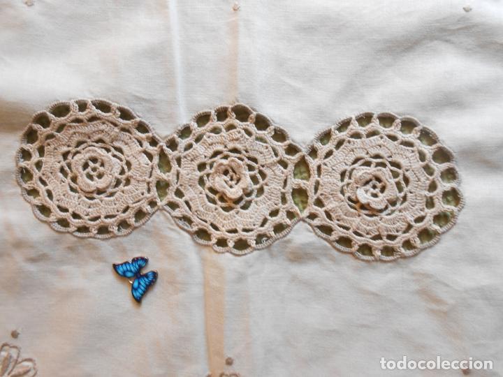 Antigüedades: Tapete mesa/mueble antiquo,años 70.Ganchillo y bordado mano.Algodon 33 x 46cm BEIGE.Nuevo - Foto 8 - 218105703