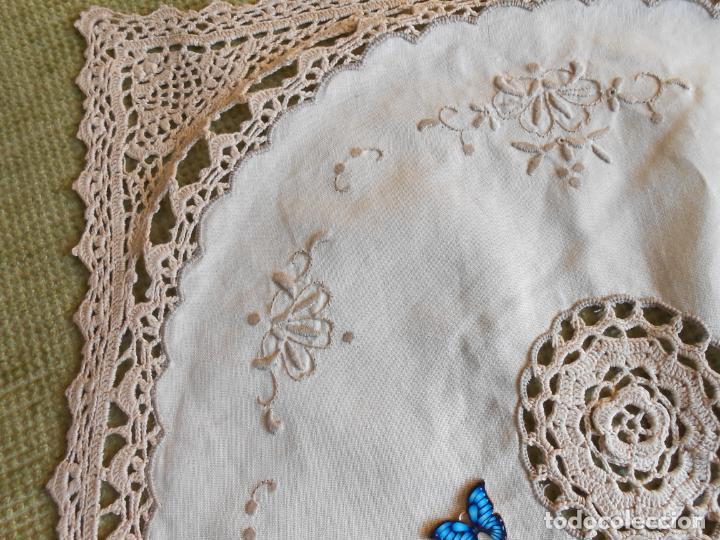 Antigüedades: Tapete mesa/mueble antiquo,años 70.Ganchillo y bordado mano.Algodon 33 x 46cm BEIGE.Nuevo - Foto 9 - 218105703