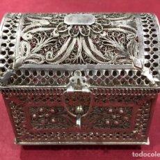 Antigüedades: PRECIOSA CAJA EN FORMA DE BAÚL, EN FILIGRANA DE PLATA DE LEY.. Lote 218117970