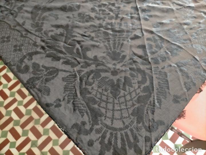 Antigüedades: GRAN MANTON SEDA ADASMASCADA NEGRO BROCADO DAMASCO Y FLECOS HECHOS A MANO 160 + 3 DE FLECOS - Foto 7 - 218140881